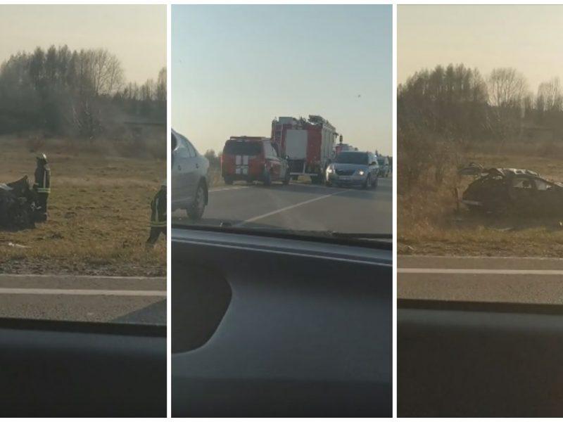 """Netoli Kauno – skaudi avarija: """"Toyota"""" visiškai sumaitota, vairuotojas sužalotas"""