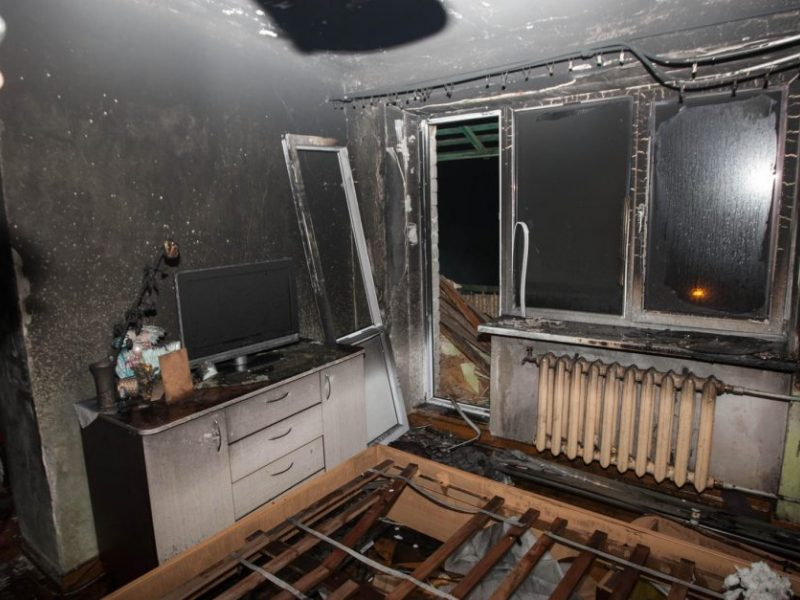 Per gaisrą Radviliškio daugiabutyje stipriai apdegė lovoje miegojęs vyras