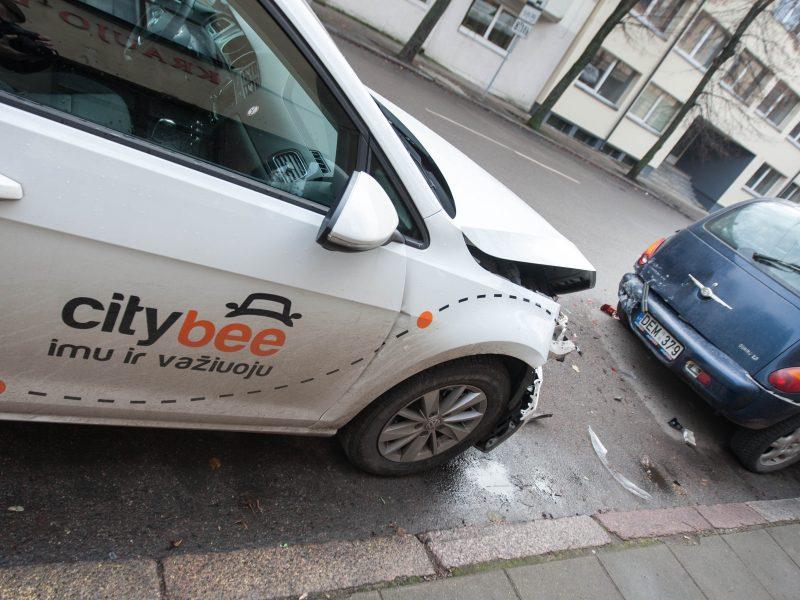 """""""CityBee"""" automobilis Taikos pr. susidūrė su elektriniu riedžiu"""