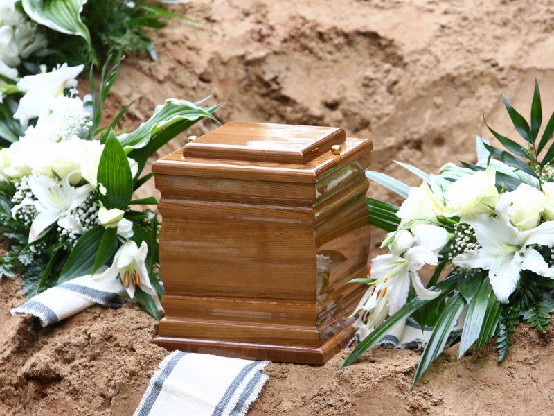Seimo narė siūlo leisti laidoti artimųjų urnas neveikiančiose kapinėse