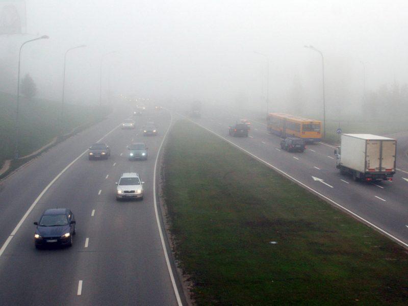 Įspėja vairuotojus: eismo sąlygas vietomis sunkina rūkas