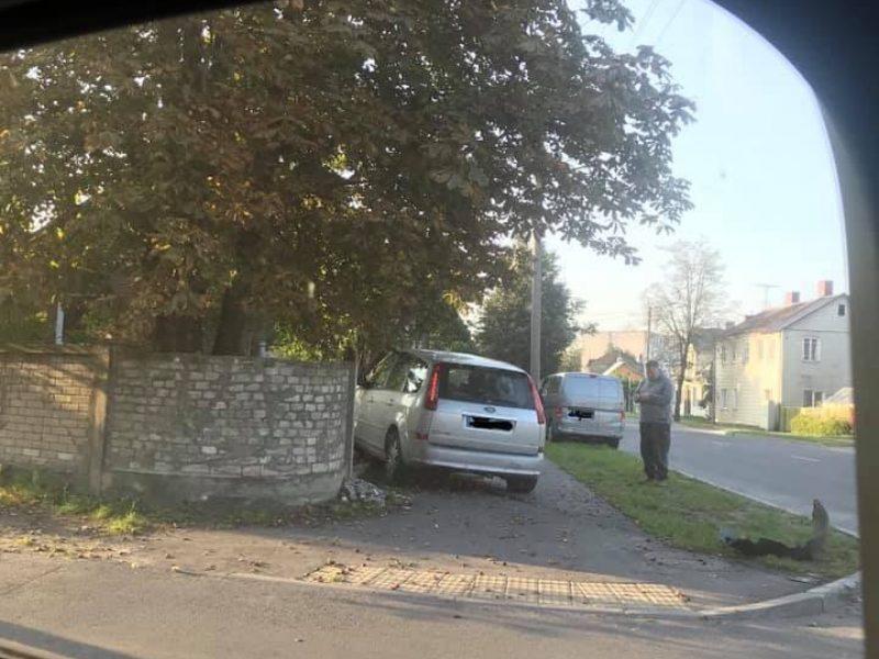Avarija Kauno sankryžoje: vėl užkliuvo tvora