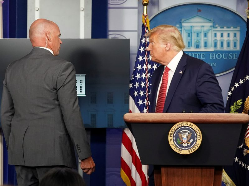Incidentas prie Baltųjų rūmų: D. Trumpui teko palikti spaudos konferenciją