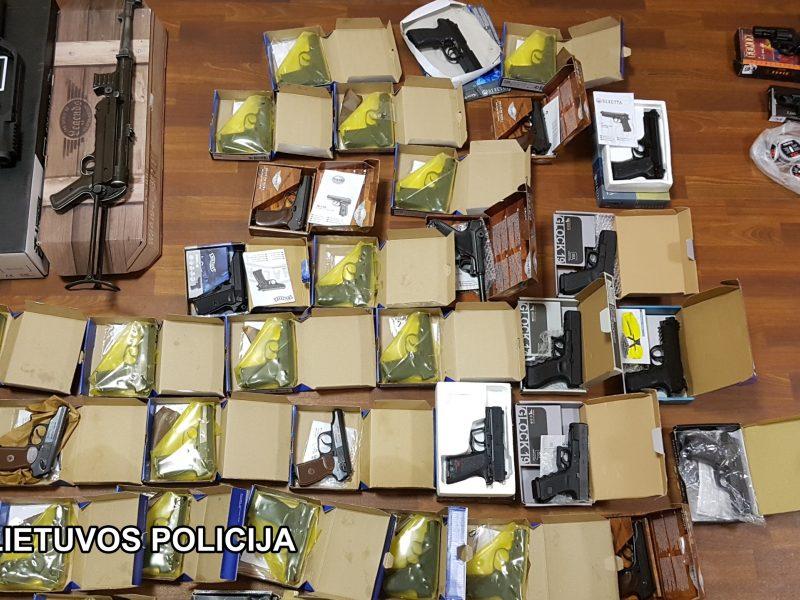 Nelegali prekyba: žaisliniais pistoletais pridengė ginklus