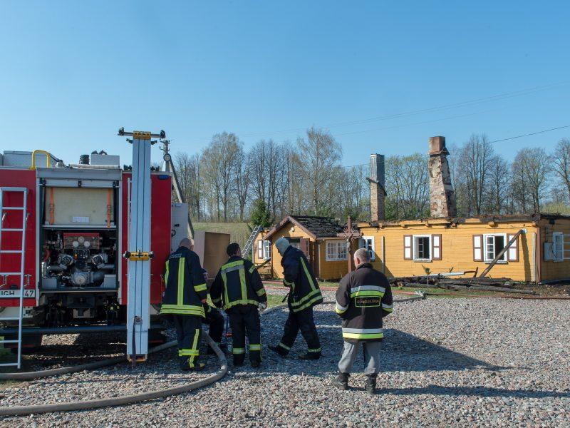 Tauragės rajone sudegė klebonijos pastato stogas