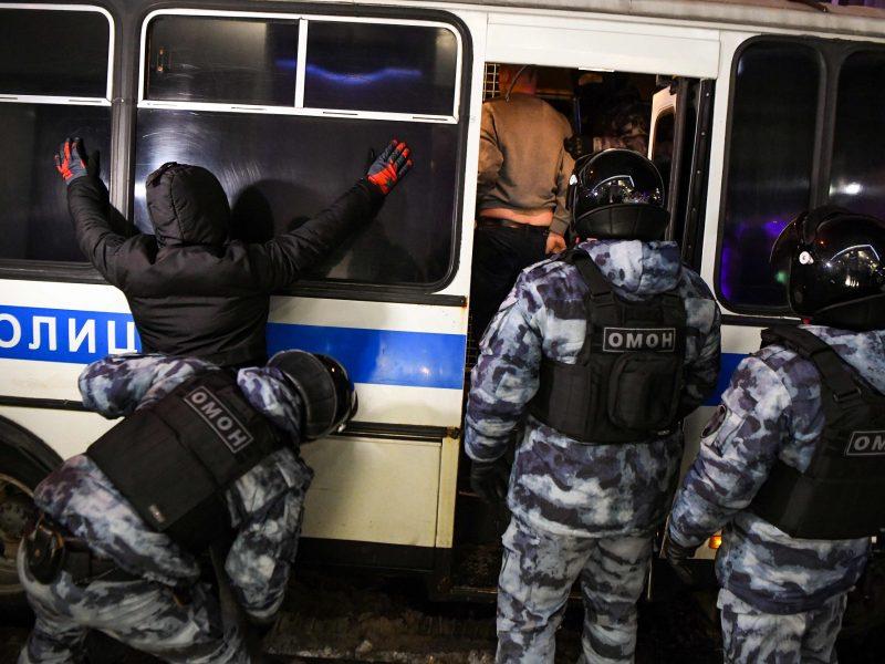 Rusijoje sulaikyti 17 žiniasklaidos darbuotojų, nušvietusių A. Navalno teismą