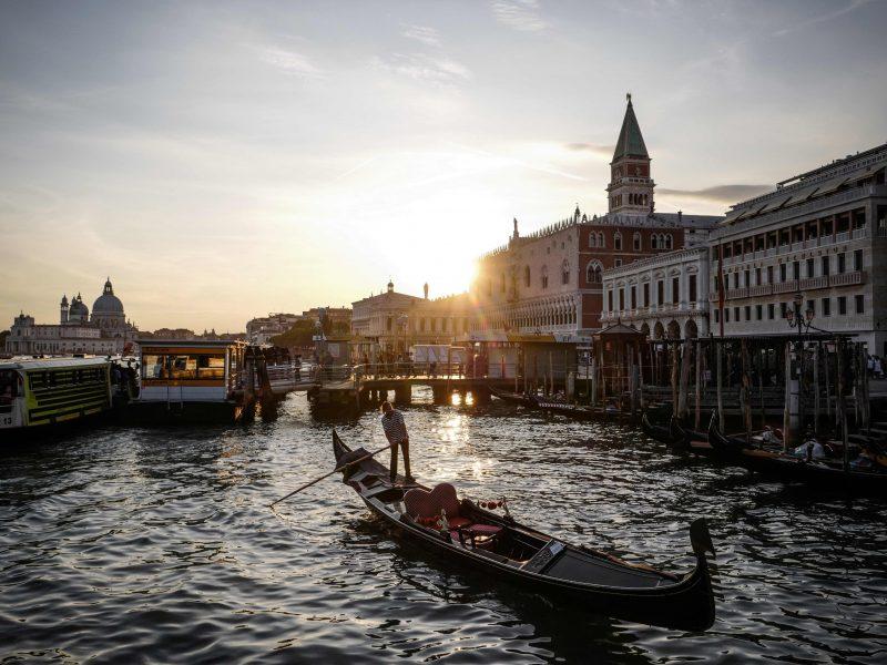 Už maudynes nuogiems Venecijos kanale čekams teks sumokėti nemenką baudą