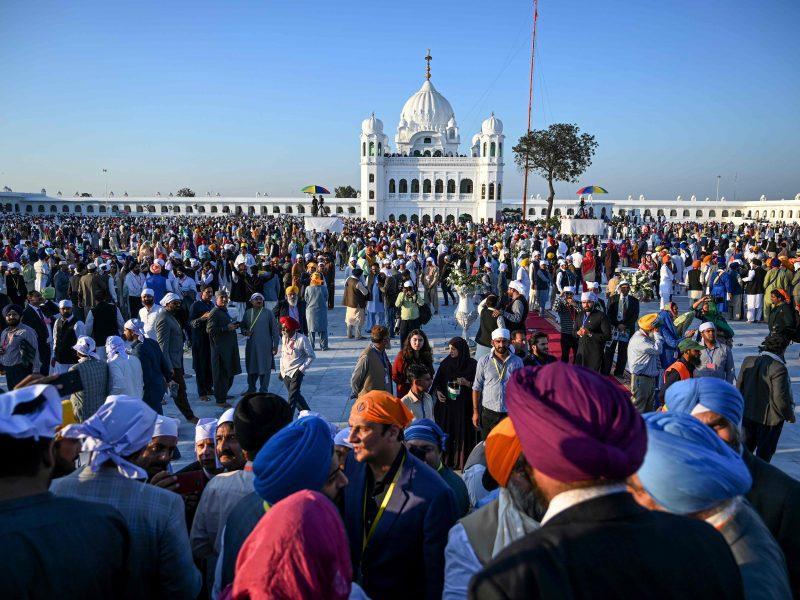 Šimtai Indijos sikhų pradėjo istorinę piligriminę kelionę į Pakistaną