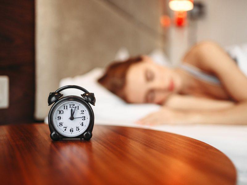Tyrimas: ekranai pasiglemžia miego laiką – daugeliui stinga bent valandos