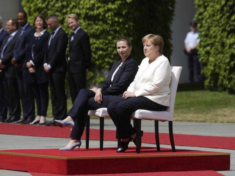 Po drebulio priepuolių A. Merkel skambant himnams liko sėdėti
