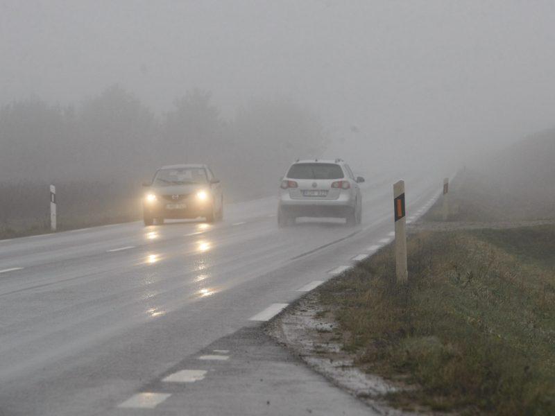 Kelininkai įspėja vairuotojus: eismo sąlygas sunkina rūkas