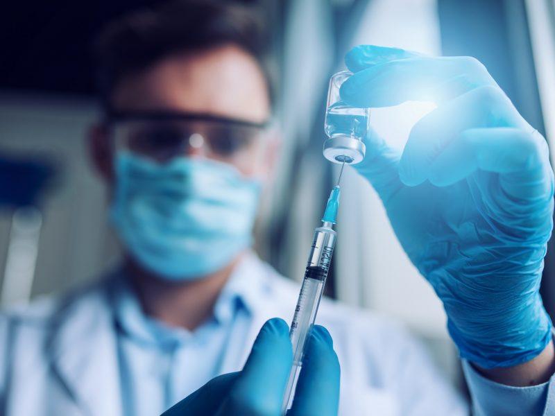 """""""Johnson & Johnson"""" atideda savo vakcinos nuo COVID-19 platinimą Europoje"""