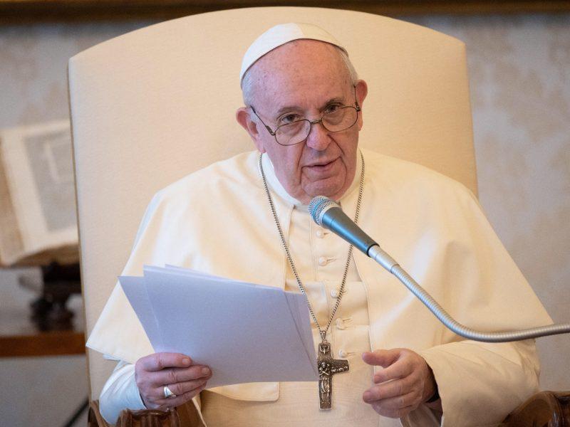 Dėl ligos darbotvarkę sutrumpinęs popiežius meldėsi už mirusius benamius