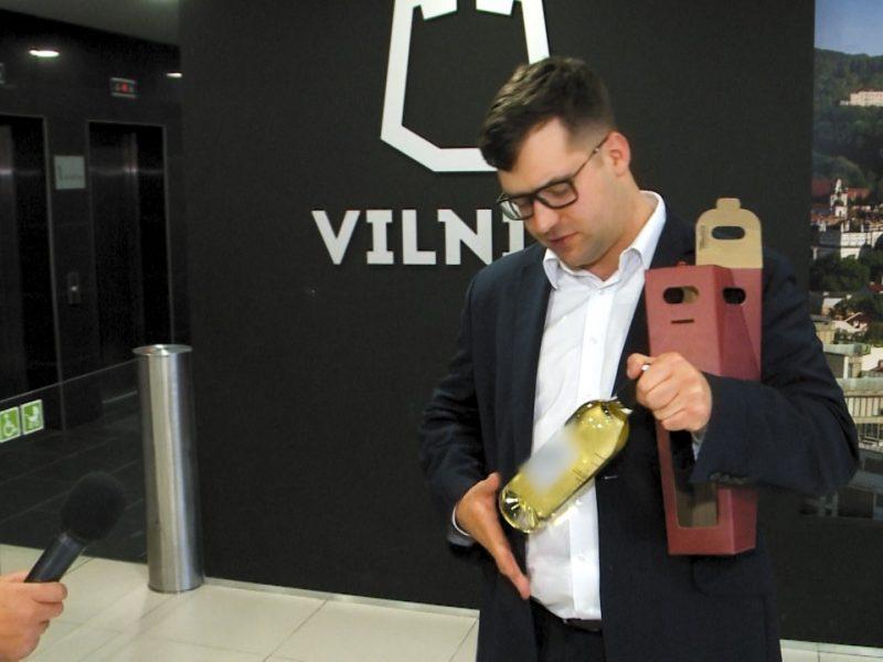 Vilniaus savivaldybė nebijo baudų: mokesčių mokėtojų pinigus leidžia vynui