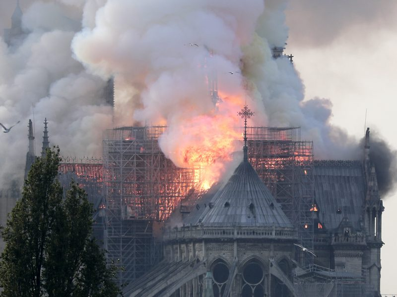 Paryžiaus Dievo Motinos katedrą nuniokojo didžiulis gaisras