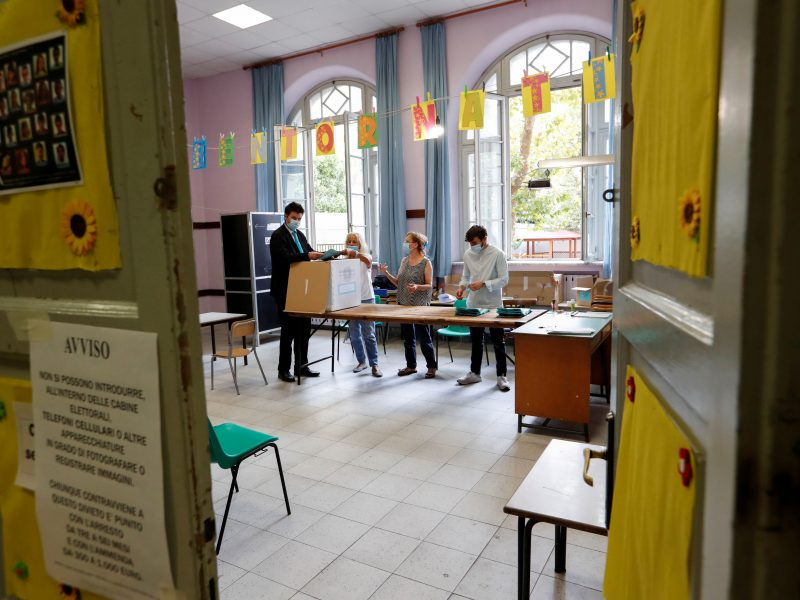 Italai plūdo balsuoti regioniniuose rinkimuose ir referendume, nepaisydami pandemijos