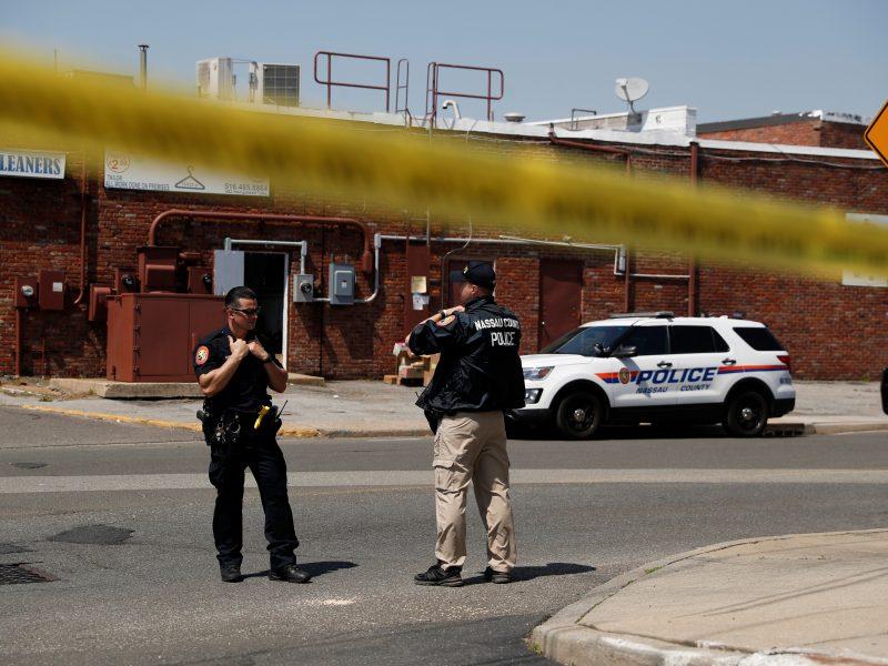 Niujorke užpuolikui pradėjus šaudyti parduotuvėje žuvo vienas, sužeisti dar du žmonės