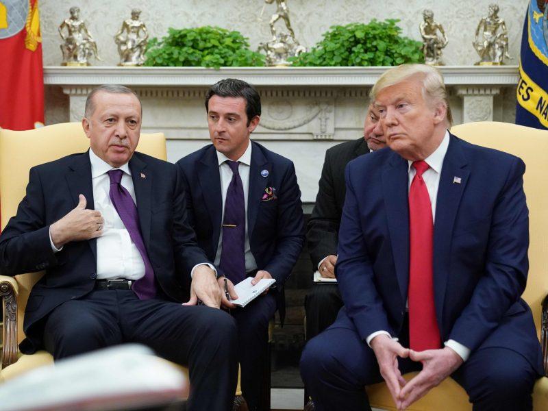 Vykstant apkaltos tyrimo posėdžiui, D. Trumpas priėmė R. T. Erdoganą