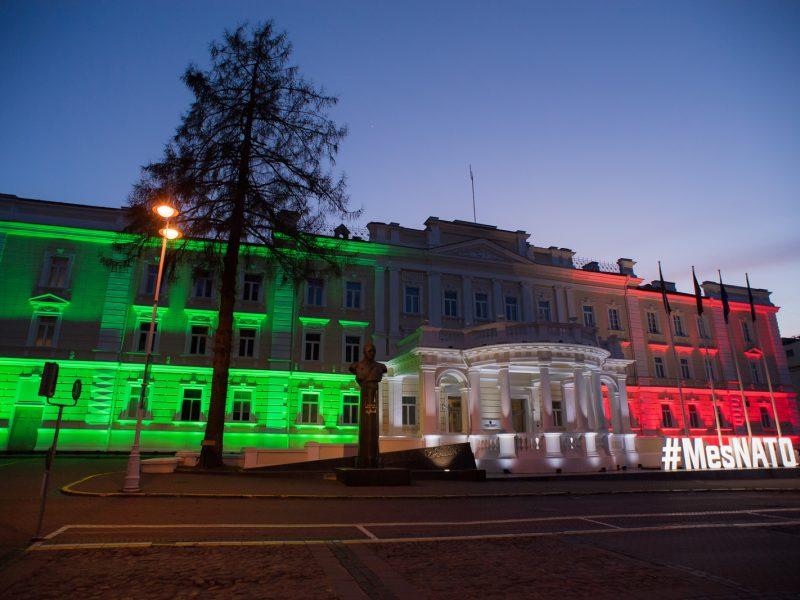 Krašto apsaugos ministerijos pastatas nusidažė Italijos vėliavos spalvomis