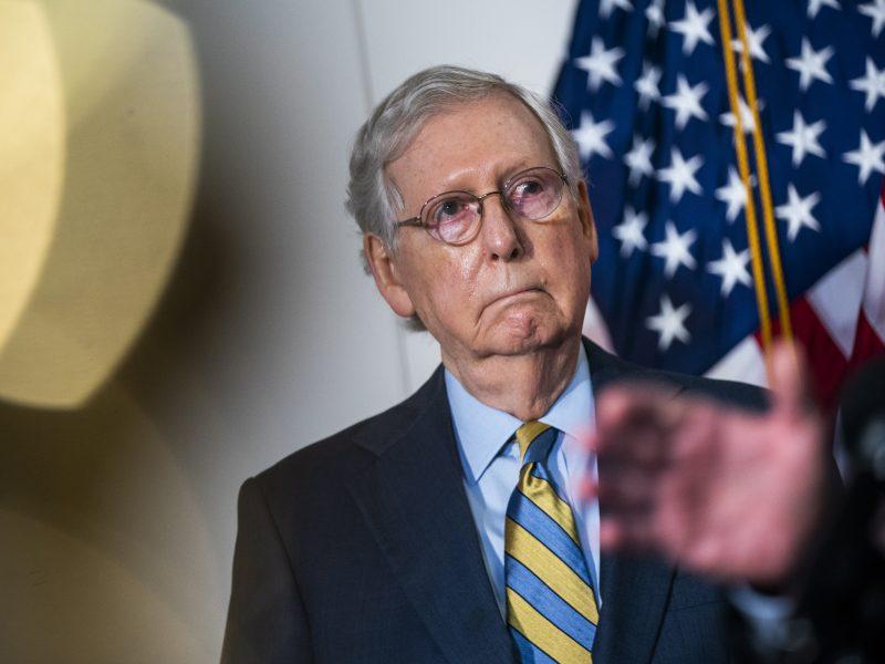 Senato respublikonų lyderis: D. Trumpas išprovokavo Kapitolijų šturmavusią minią