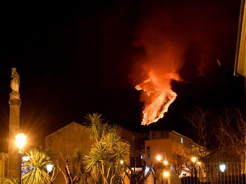 Etnos ugnikalnis toliau spjaudosi lava ir pelenais