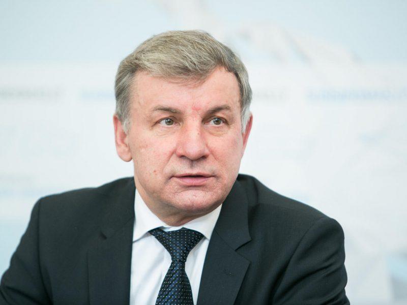Automobilių ir prekybos mokesčiai liko nesvarstyti: nesusirinko Seimo komitetas
