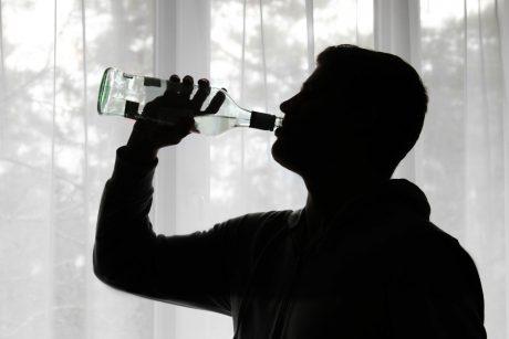 Per pandemiją padaugėjo susirgimų depresija: užuot kreipęsi pagalbos, lietuviai gydosi alkoholiu