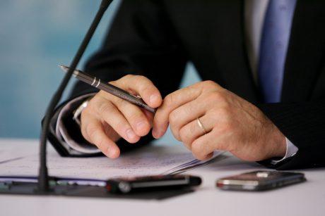 Siūlo perpus mažinti mokesčius jaunoms šeimoms už notarų paslaugas
