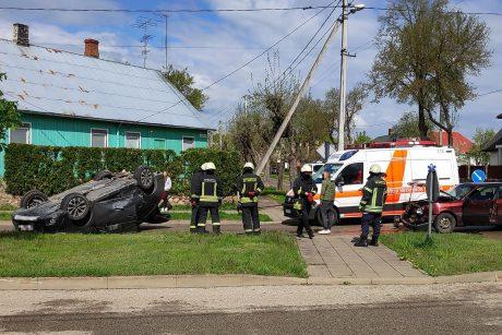 Avarija Alytuje: po smūgio vienas automobilis apsivertė, pranešta apie sužalotą mažametį