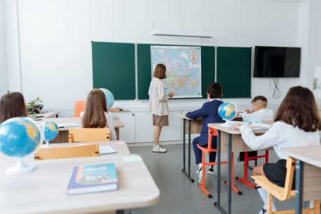 Sąlytį su sergančiuoju turėję moksleiviai turės arba testuotis, arba izoliuotis
