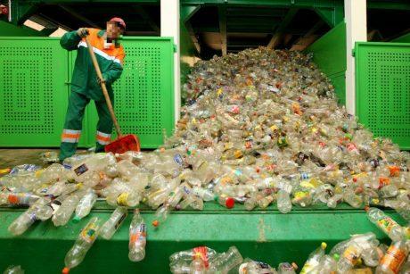 Atliekų rūšiavimo centras netinkamai atsikrato atliekomis: nurodė stabdyti veiklą