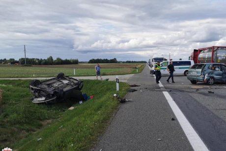 Per susidūrimą su sunkvežimiu nukentėjo trys žmonės: tarp jų – ir berniukas