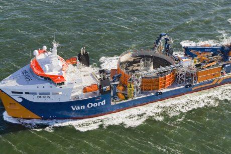 Vamzdžiai ir kabeliai užpildo jūras ir vandenynus