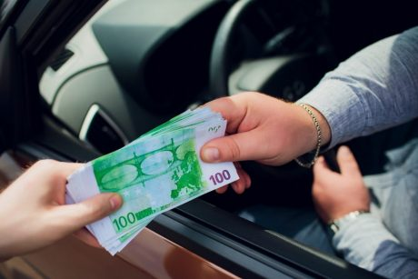 Gundė Klaipėdos pareigūnus pinigais: 50 eurų kyšis, kad neskirtų 30 eurų baudos