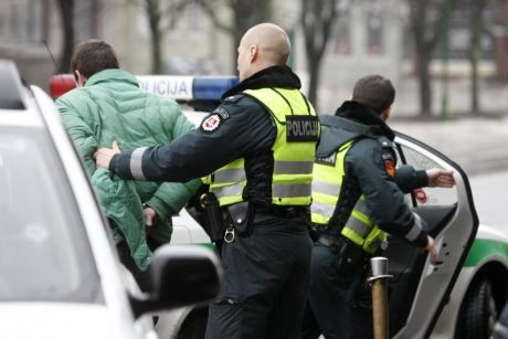 Palangoje girtas jaunuolis užkliuvo užpuolikams: sumušė ir apvogė