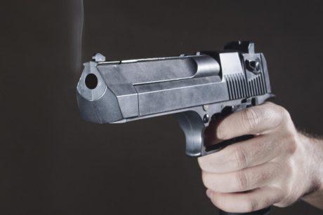 Automobilių remontu nepatenkinti vyrai kavinėje ėmė šaudyti į autoserviso savininkus