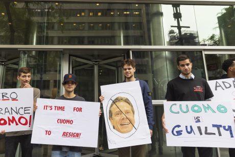 Niujorko gubernatoriui dėl priekabiavimo gresia ir apkalta, ir baudžiamoji atsakomybė