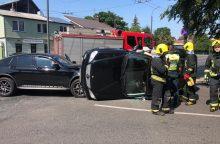 "Avarijos Kaune: ""Mercedes-Benz"" apvirto ant šono, BMW rėžėsi į medį <span style=color:red;>(papildyta)</span>"