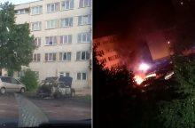 Naktį daugiabučio kieme kilo gaisras – automobilis virto fakelu <span style=color:red;>(vaizdo įrašas)</span>